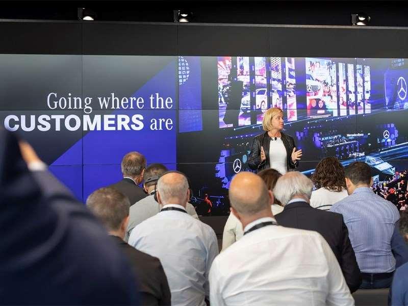 Coup d'envoi de l'expérience haut de gamme 4.0 : Mercedes-Benz présente le prochain chapitre de sa stratégie de vente à l'échelle mondiale « Meilleure expérience client »