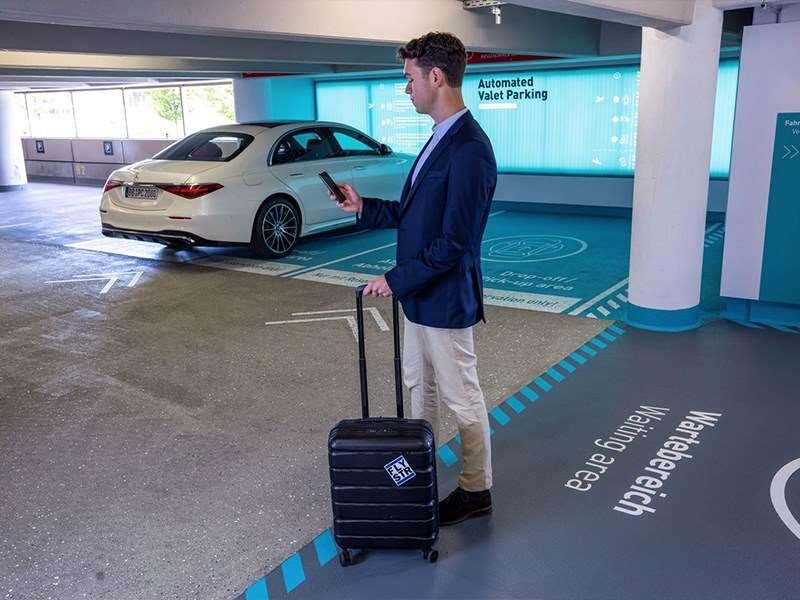 Parking hautement automatisé et sans conducteur à l'aéroport de Stuttgart avec la nouvelle Mercedes-Benz Classe S