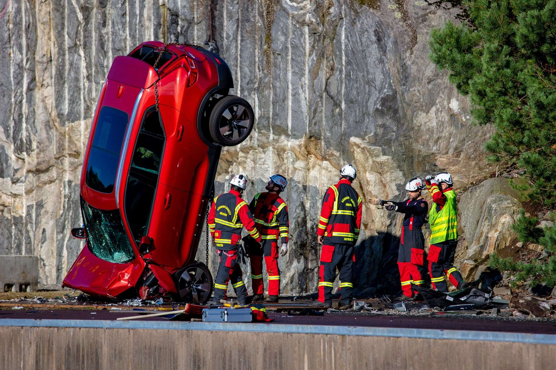 Kijk toe terwijl Volvo Cars nieuwe auto's vanop 30 meter hoogte te pletter laat storten om de reddingsdiensten te helpen levens te redden